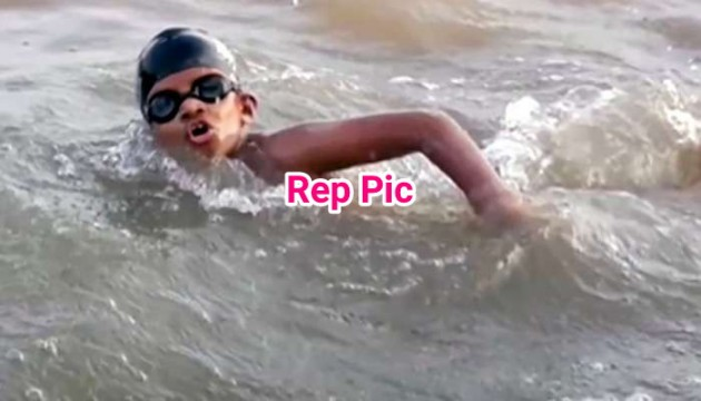12yrs old Brave swimmer ne Dharamtar port to Gateway Of India 36 km distance 9 hours 18 minute main kiya paar