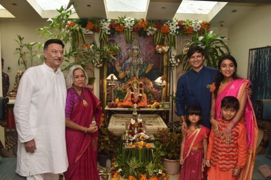 Vivek Oberoi all smiles as he welcomes Bappa home