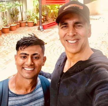 Akshay kumar overwhelmed by a fan who walked 900 km in 18 days from Dwarka to Mumbai to meet him