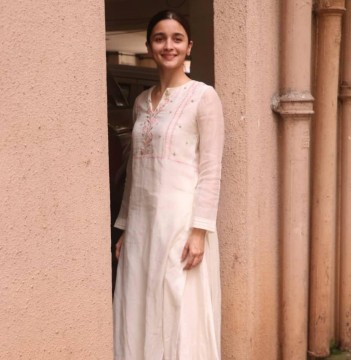 Alia Bhatt gets clicked at Sanjay Leela Bhansalis office and we wonder whats brewing