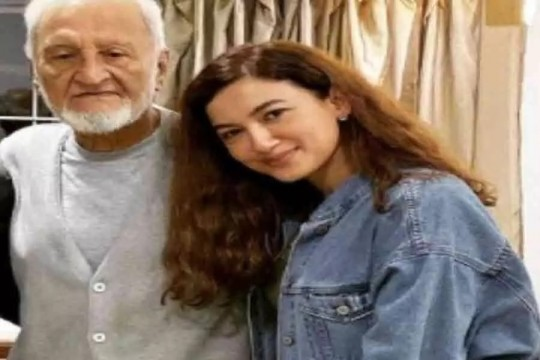 Bollywood Actress Gauhar Khan Father Zafar Ahmed khan Pass Away