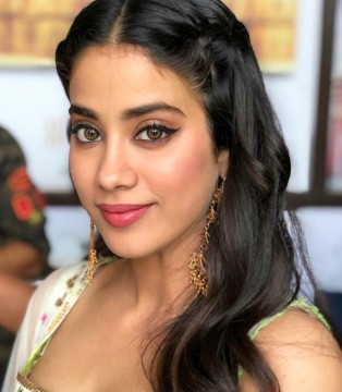 Bollywood Most Gorgeous Actress Janhvi Kapoor Celebrate her 24th Birthday