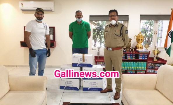 Cricketer Irfan Pathan And Yusuf Pathan Donated Vitamin C tablets to Vadodara Police