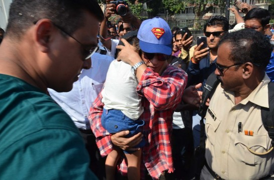 Shahrukh Khan spotted with kids at The Gateway Of India
