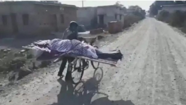 Dead Mother ko Cycle par le jaakar Bete ne Karwaya Kriyakaram