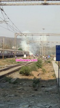 Fire near Railway Track at Belapur Harbour Train ruki 20 minute