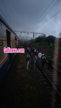 Local Train ke 2 dabbe Patri se utre between Thane Vashi Trans Harbour line No Injury reported