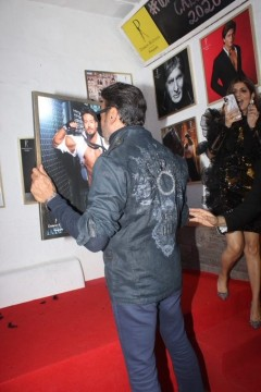 Jackie Shroff adores his son Tiger Shroffs click at Dabboo Ratnanis calendar launch