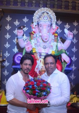 King Khan At Sarvajanik Ganesh Mandal Bandra West with BJP President Ashish Shelar