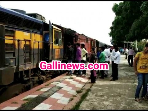 Konkan Railway line par Badha Rail traffic Maalgadi ka Engine derailed at Nandgaon
