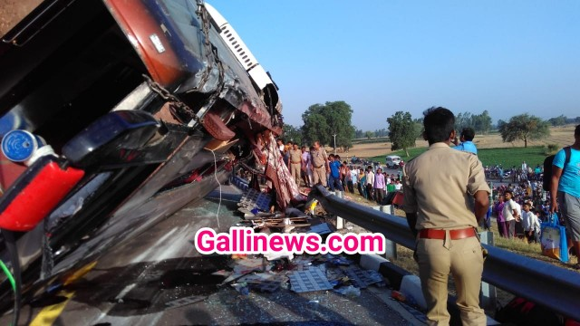 Lucknow Agra Expressway par Bus and Tractor ke accident main 5 logon ki death 30 injured