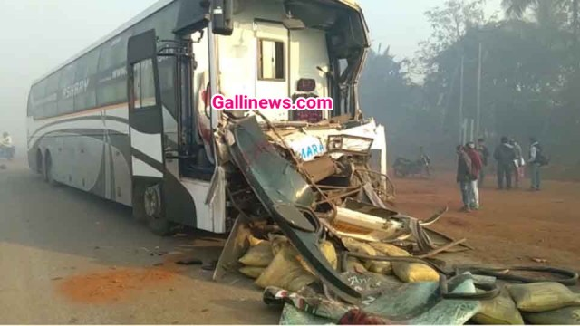 Luxry Bus aur Truck ki takkar se Bus driver ki death cleaner injured at Mumabi Goa highway