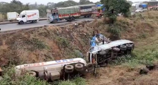 Mumbai Nashik Highway par 3 Heavy Vehicle phisli 30 feet neeche at Bhiwandi