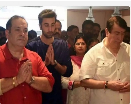 Rajiv and Randhir Kapoor can be seen greeting a gala of fans who have come to take the blessing of Lord Ganesha at RK Studios