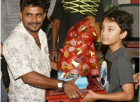 Sanjay Dutts son Shahraan brings Bappa home