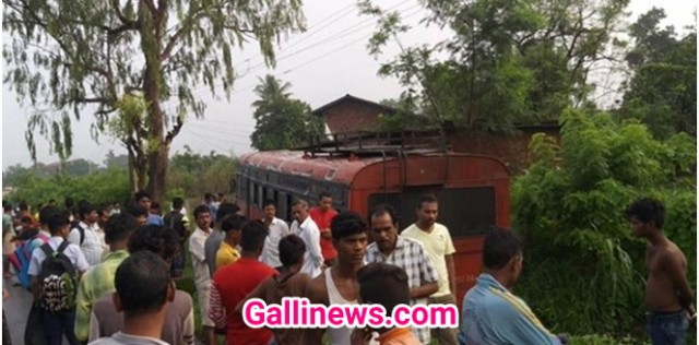 School Bus hui Raste se Skid 14 bacche injured at Palghar