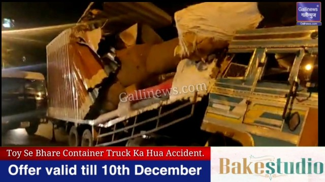 Toy Se Bhare Container Truck Ka Hua Accident