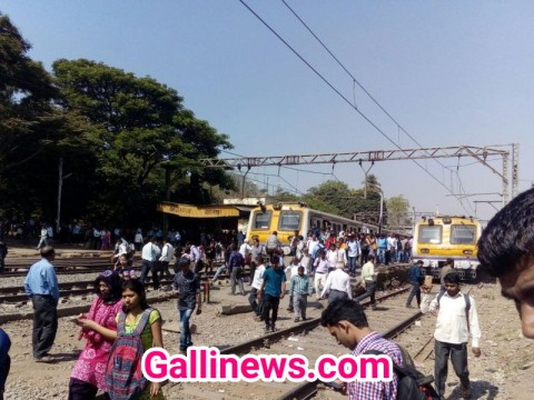 Trans Harbour Locl train se Thane jane wale Musafir pohanche Car shed due to wrong announcements