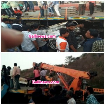 Truck Container palta Alto car par 7 logon ki on the spot death 4 injured at Solapur Tuljapur highway