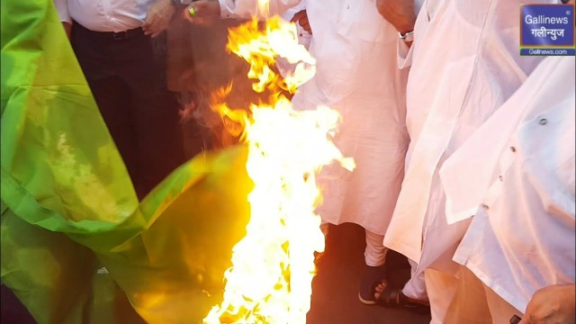 Pakistan Flag Burned By Mumbai MP MLA Corporaters and Ulemas  NGO Members at JJ Junction