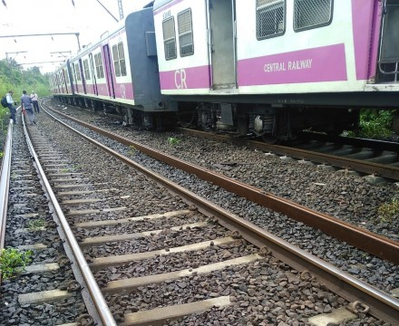 Local Train ka 1 Dabba Railway Track se utar gaya Derailed at Atgaon Station Kalyan