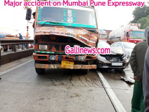 4 Vehicles ka hua major Accident on Mumbai Pune Expressway