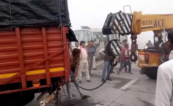 Fog ki wajah se hua 20 vehicles ka accident at Delhi