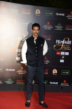 Some classic vibes from Angad Bedi at the Filmfare Glamour AndStyle Awards 2019.