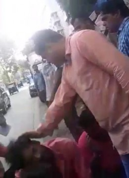 BJP MLA Amit Satam ki DADAGIRI Hawkers Ki Pitayee aur Police officer ko Publically Abuse and Insult Kiya