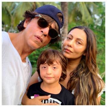 Gauri Khan Ne Apne Superstar Husband Shah Rukh Khan Ke Sath Manaya Apna 48th Birthday