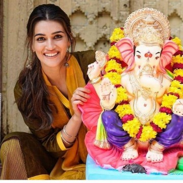 kritisanon celebrates the festival of Ganesha Chaturthi with full excitement and positivity