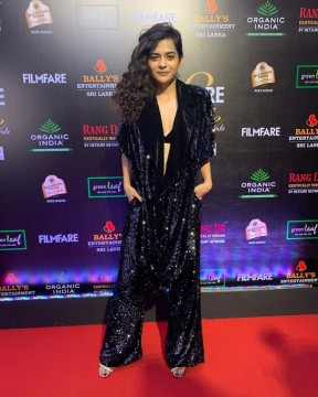 Shimmering and shinning at the Filmfare Glamour AndStyle Awards is the lovely  mipalkar