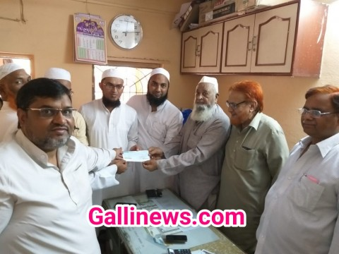 Mumbra Ki Ek Building Society Ne Kerala Relief Ke Liye ₹65 thousand Ka Cheque Donate Kiya.