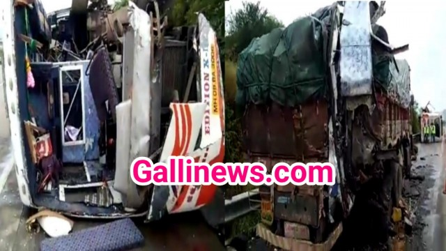 Mumbai Pune Express Highway par Bus takrai Truck se iss  Accident main 3 Dead 25 Injured
