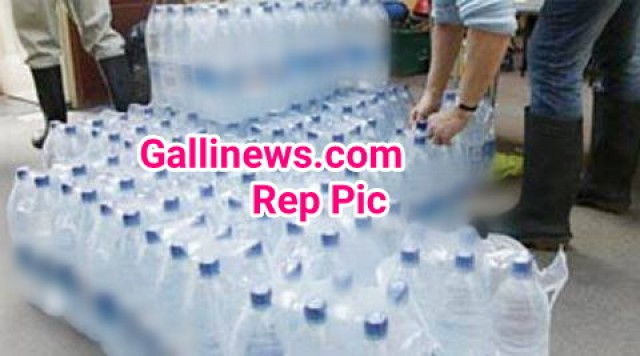 Railway police ne lagai unauthorised water bottel sale karne walon par lagam 65 log arrested seized 4000 bottels