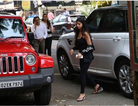 Shahrukh Khan s  daughter Suhana Khan spotted in the city