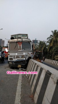 Truck Dash Divider Accident in Eastern Express Highway Ghatkopar