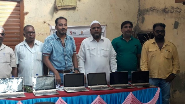 Corporater ward No 138  Mohd Siraj Shaikh ke hatho Kiya Distribution Programme